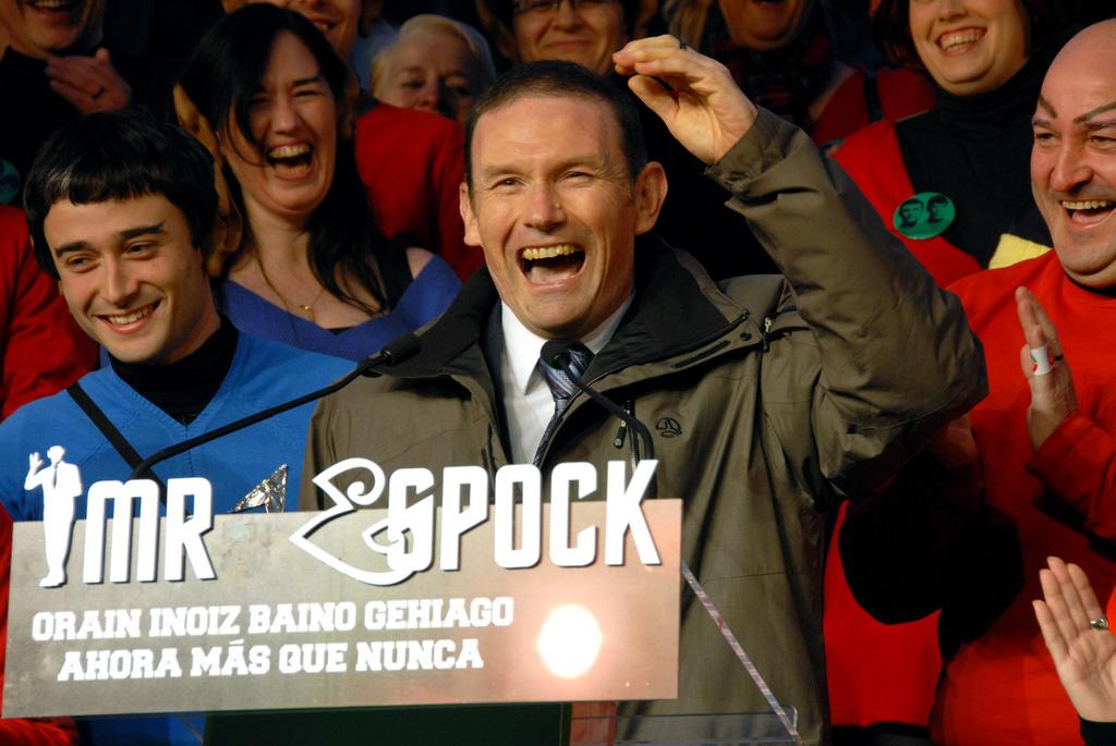 Ibarretxe_con_los_trekkies_en_las_elecciones_vascas_de_2009