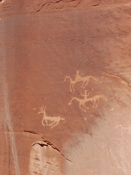 898px-Canyon_de_Chelly_petroglyphs_of_horses